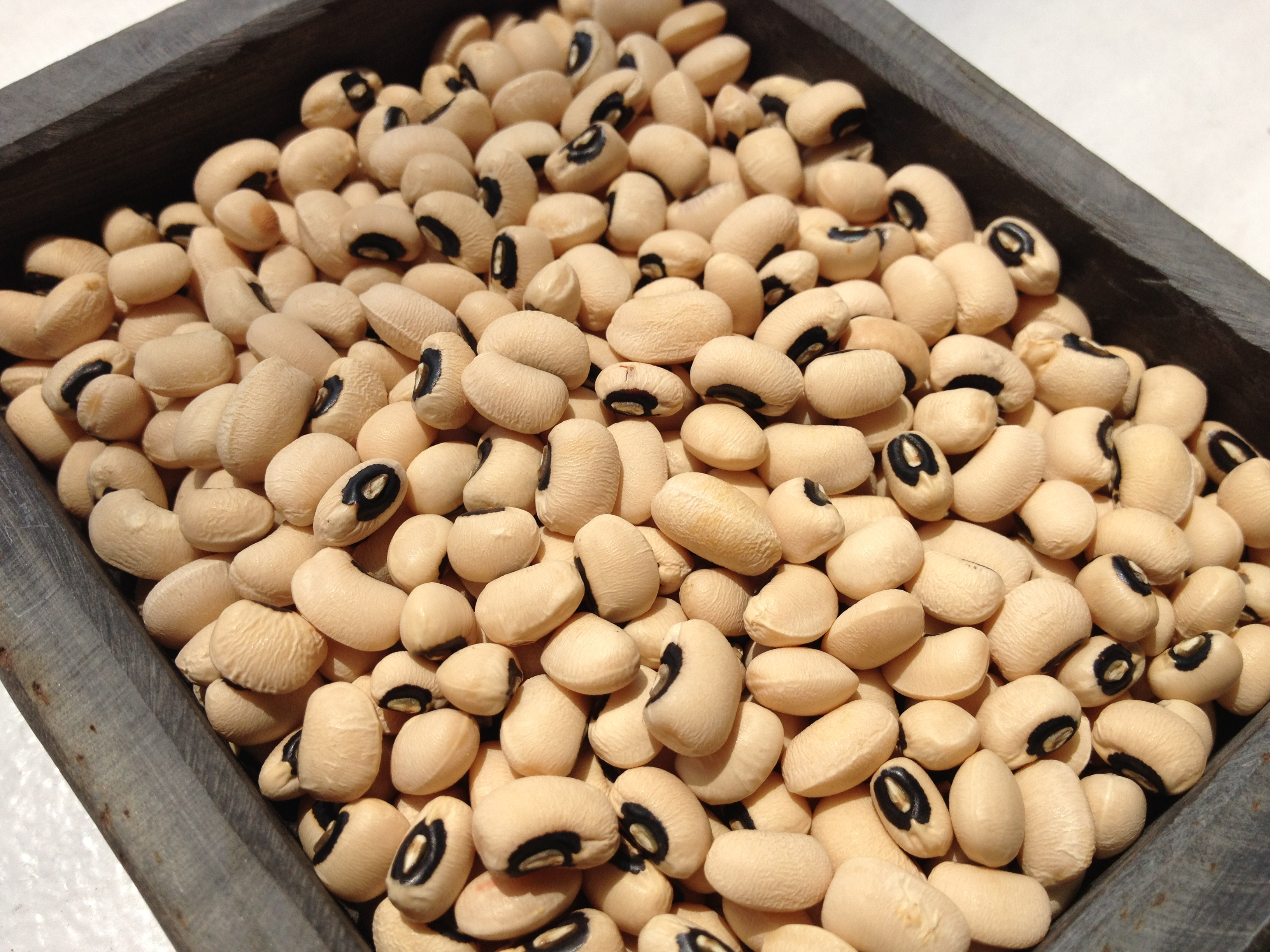 Raw black-eyed peas